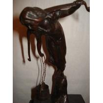 Bronze Figura De Mulher Pegando Agua No Rio Assinado