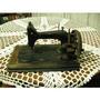 Máquina De Costura Centenária Belíssima Em Base De Madeira