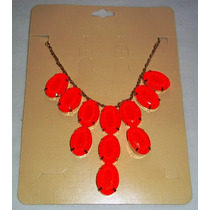 Colar Comprido De Metal Com Pedras Vermelhas.