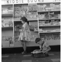 Poster (46 X 61 Cm) Two Kids In Kiosk
