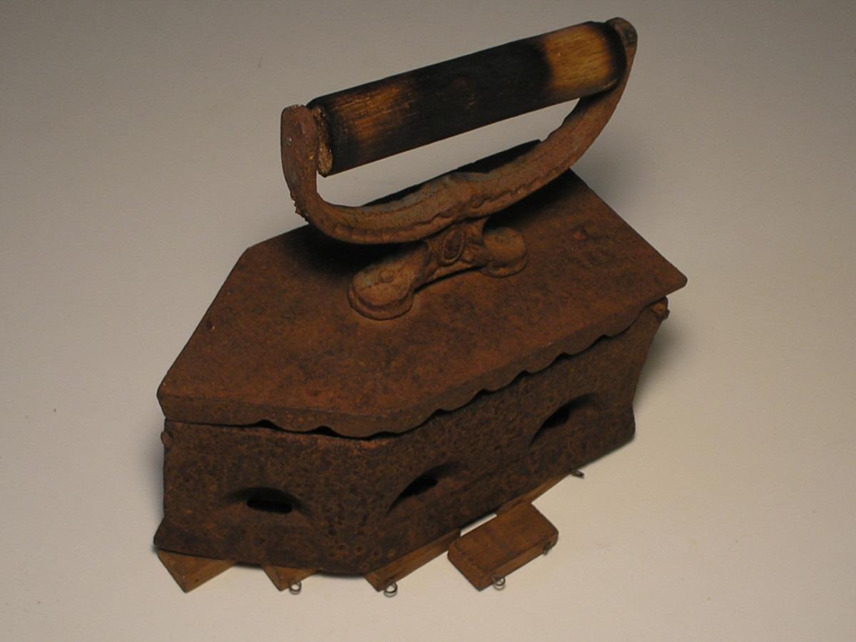 Armario De Ferro Antigo : Antigo ferro de passar roupa c descanso madeira r