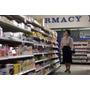 Médio Adulto Mulher Procurando Em Medicamentos Em A Farmácia