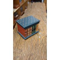 Caixa Em Madeira Imitando Uma Pilha De Livros