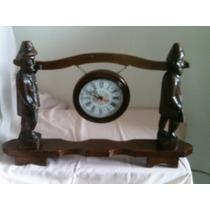 B. Passado - Antigo Relógio De Mesa Em Madeira Entalhada