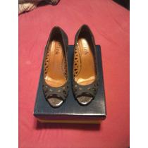 Sapato Vazado Azul Com Brilho Na Parte Da Frente.
